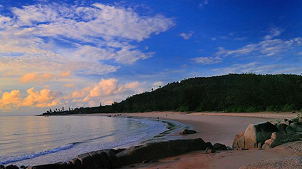 wisata alam pantai tapak dewa atau pantai anpu pangkal pinang